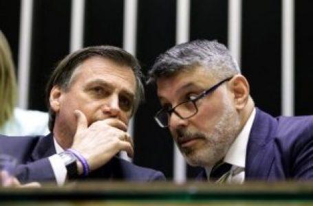 """Frota divulga o VÍDEO de Bolsonaro lhe mandando """"fechar a matraca"""", ao pé do ouvido, sobre Queiroz"""